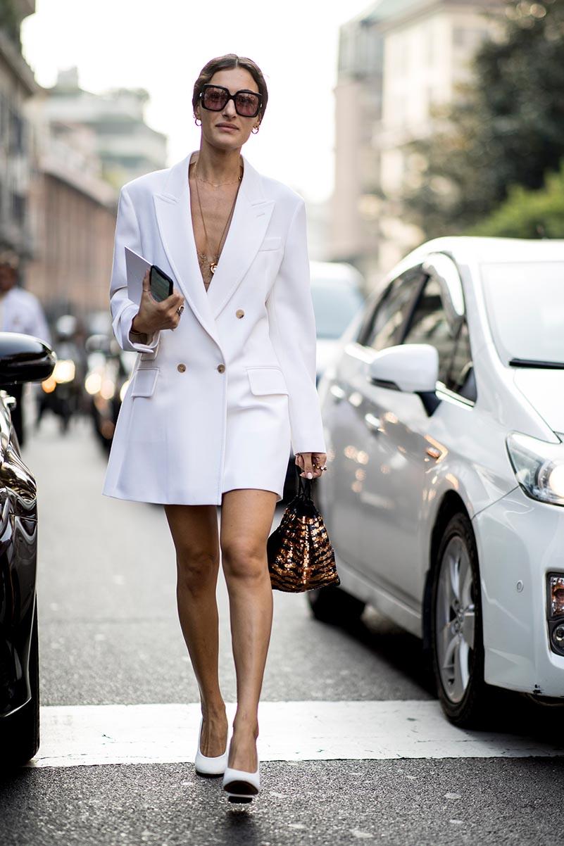 Blazer giấu quần kết hợp với giày cao gót cùng màu và kính to bản